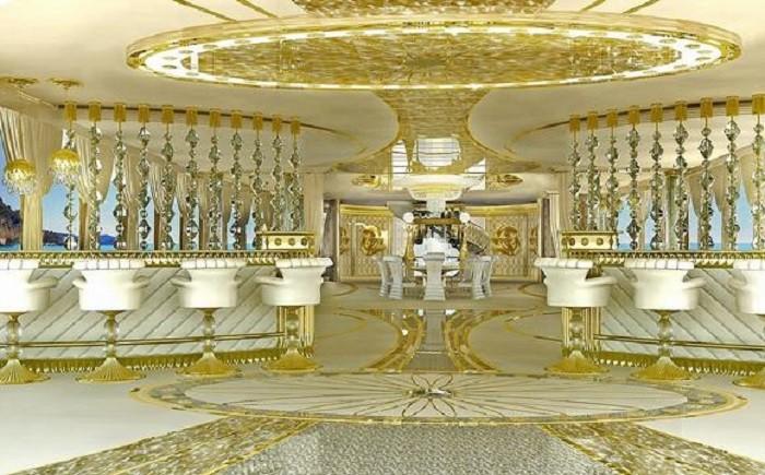 Siêu du thuyền cho phái đẹp La Belle được thiết kế để dành cho 12 khách với phòng ngủ chính lớn trên boong thứ hai với giường đôi cỡ King tròn. Tầm nhìn tuyệt đẹp ra một sân hiên riêng biệt cũng là điểm cộng lớn khiến du khách như lạc vào không gian cổ tích thơ mộng.