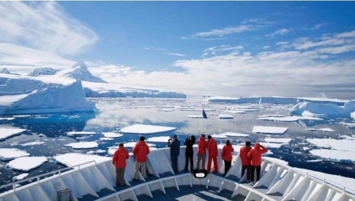 du thuyền đầu tiên đến khám phá Nam Cực:Lars-Eric Lindblad đã được Ủy ban địa lý Mỹ vinh danh bằng việc đặt tên cho một địa danh ở Nam Cực.