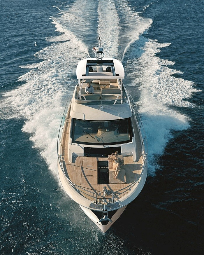 Về thiết kế, du thuyền viễn Đông Monte Carlo 6 sở hữu thân tàu loe cùng nhiều cửa sổ hình tròn vừa truyền thống vừa trang nhã. Nội thất cũng có phong cách sắp xếp thông minh và rộng mở, nối liền bếp ở giữa tàu và phòng khách lớn và trạm lái ở giữa, gồm 3 cabin đầy đủ phòng tắm riêng, boong dưới mở rộng. Ngoài ra, Monte Carlo 6 được trang bị 2 động cơ Cummins 600 mã lực, có thể đạt tới tốc độ tối đa 28 hải lý và mô men có thể tăng tốc lướt qua mọi địa hình sóng gió. Ảnh: tamsonyachting