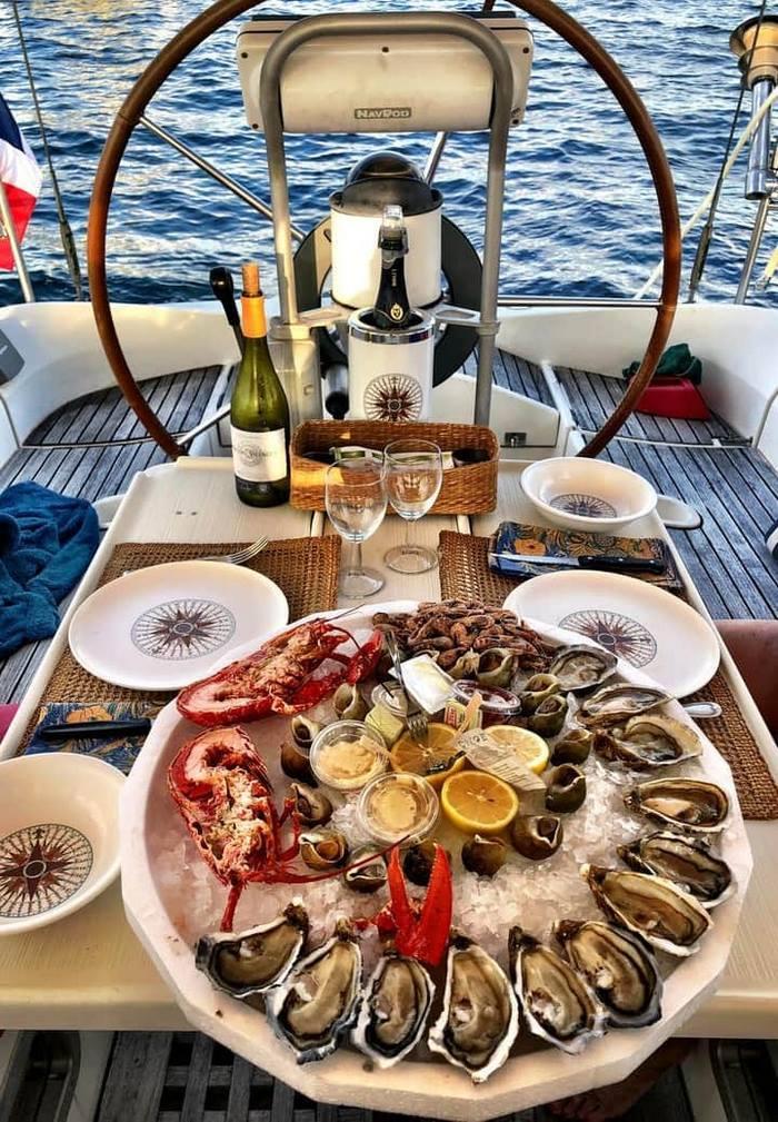 charter-la-datcha-yacht-neoh_johnny