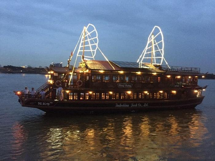 Những du thuyền ăn tối cho dân vi vu Sài Gòn thâu đêm suốt sáng