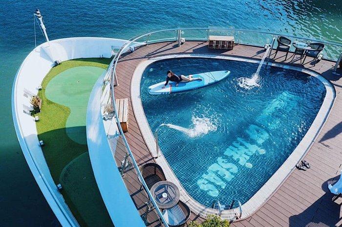 Du thuyền có bể bơi