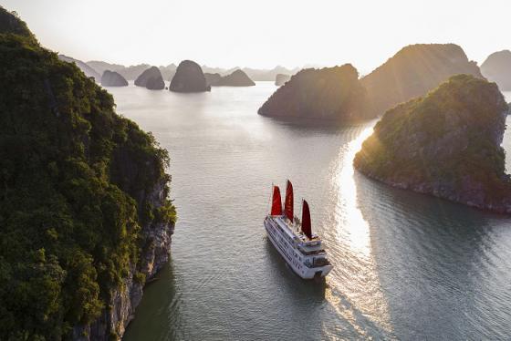 Check-in du thuyền Syrena xôn xao cánh buồm đỏ thắm cổ tích xưa