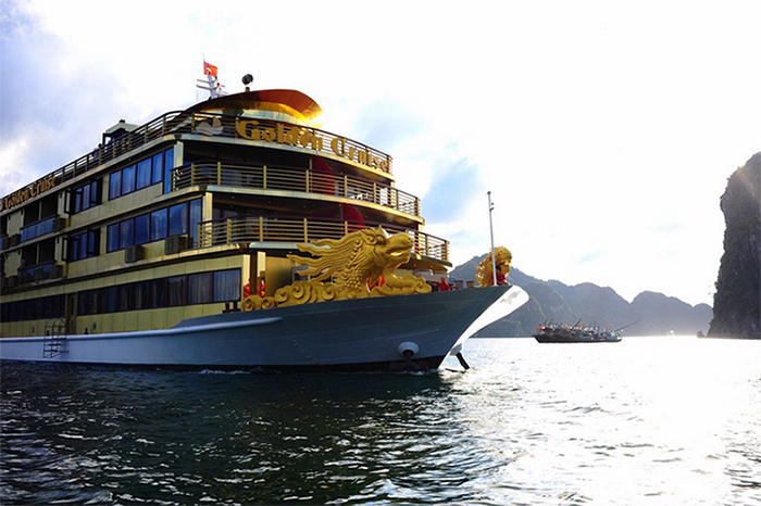 oàn bộ con tàu có màu vàng là chủ đạo, được thiết kế theo phong cách vương giả
