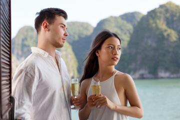 Choáng ngợp trước vẻ đẹp cổ điển của du thuyền Emeraude trên vịnh Hạ Long
