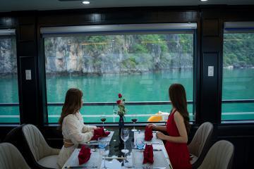 Đặc biệt ấn tượng với du thuyền Aclass Legend Cruise sở hữu nội thất mây tre truyền thống